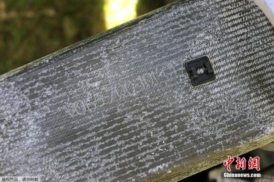 当地时间2015年8月11日,法属留尼汪岛,当地搜救队再度发现疑似马航MH370残骸。 在这片残骸上,可以看到有清晰编号的残片。