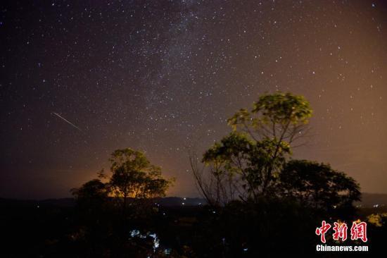 资料图:在达州市开江县普安镇宝塔坝,一颗流星划过夜空。 鸿雁 摄