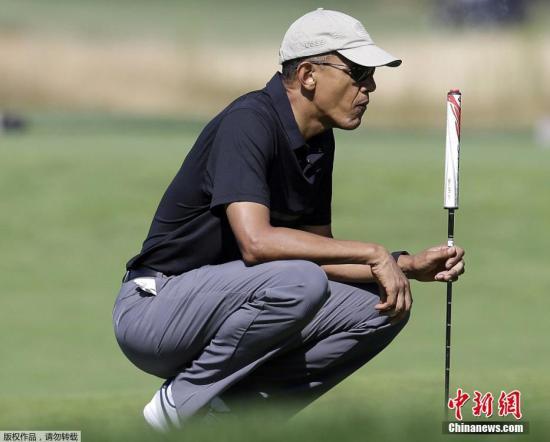 奥巴马在高尔夫球场上。