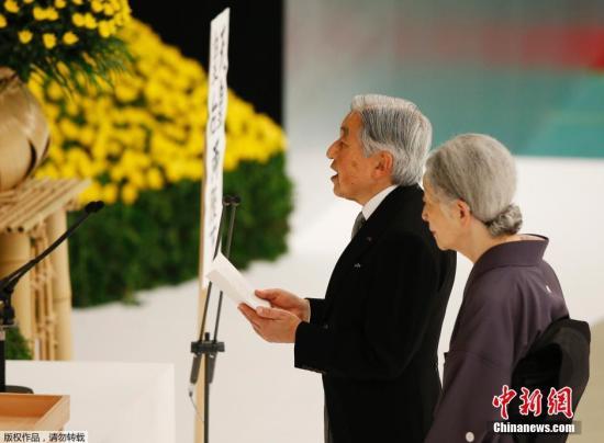 """8月15日,日本迎来战败70周年纪念日即""""二战""""宣布无条件投降70周年。当地时间中午12时,由日本政府主办的""""全国战�{者追悼仪式""""在东京都千代田区的日本武道馆举行。日本天皇皇后和首相安倍晋三等政府人员,以及5525名遗族参加此次追悼仪式,为在战争中丧生的约310万人祈福,并再次起誓和平。"""