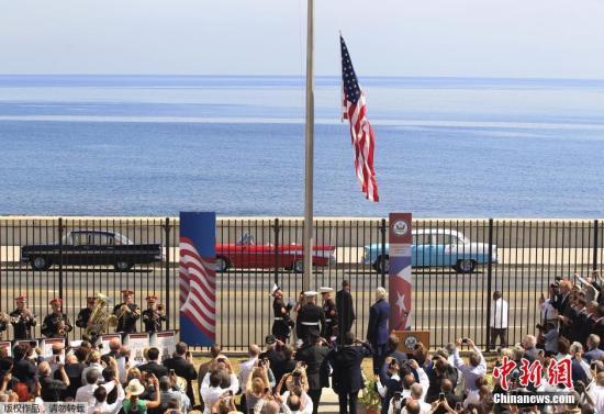 当地时间2015年8月14日,古巴哈瓦那,古巴首都哈瓦那的美国大使馆升起美国国旗,这是54年以来,首次在古巴升起美国国旗。当天,美国国务卿克里主持了使馆重开升旗仪式。外界认为,美国驻古使馆的重开是美古两国关系解冻的又一标志性步伐。