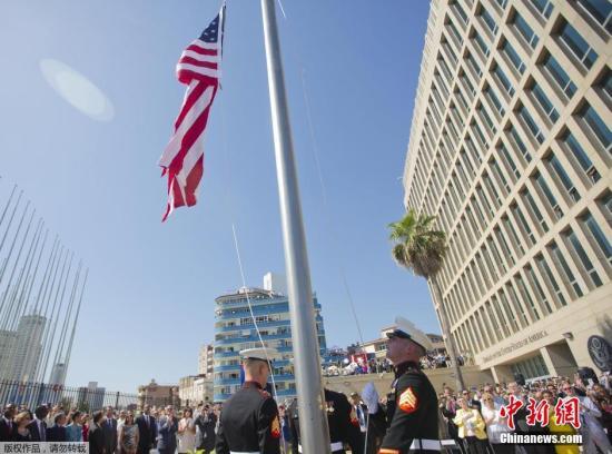 资料图:古巴首都哈瓦那的美国大使馆升起的美国国旗。