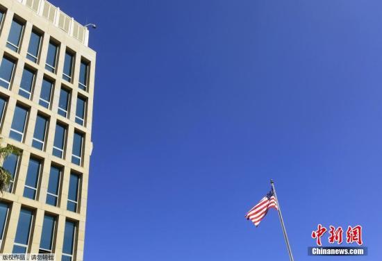 当地时间2015年8月14日,古巴哈瓦那,古巴首都哈瓦那的美国大使馆升起美国国旗。