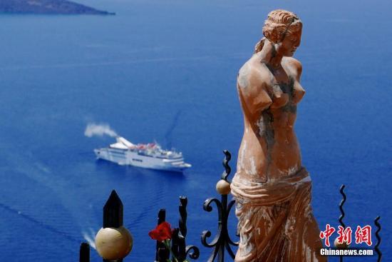 8至9月是希腊旅游旺季,世界各地游客云集圣托里尼等岛屿休闲度假,醉人的伊亚、费拉、红海滩、黑沙滩等景点倍受游客青睐,还有部分游客乐租帆船、越野车、沙滩摩托等交通工具畅游,世界游客不因希腊经济低迷而减少。据悉,希腊的航运业、旅游业约占该国GDP的一半。<a target='_blank' href='http://www-chinanews-com.guanggaopuke.com/'>中新社</a>发 陈文 摄