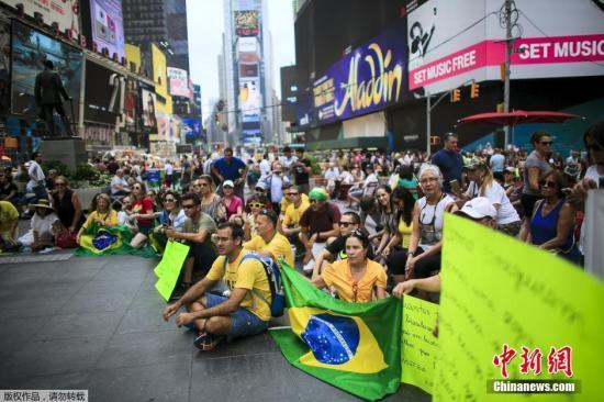 身在纽约的巴西人在时代广场发起抗议活动。