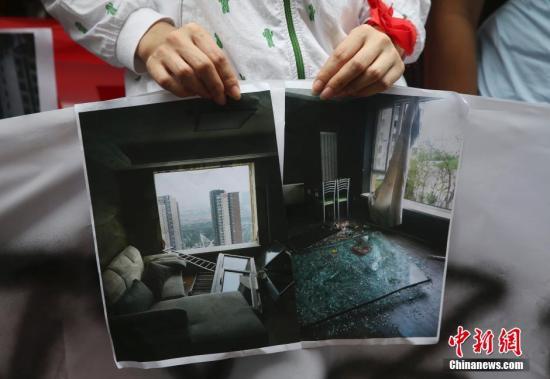 """8月17日,天津港""""8·12""""特大火警爆破事变,大众展现屋宇受损状况。 中新社发 刘关关 摄"""