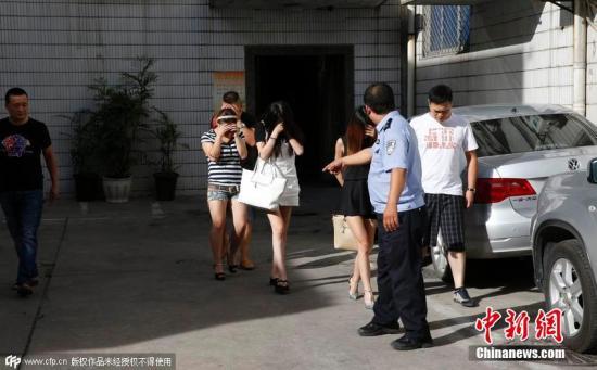 资料图:警方开展扫黄打非整治。 图片来源:CFP视觉中国
