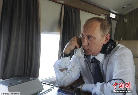 当地时间2015年8月20日,俄罗斯诺沃西比尔斯克,俄罗斯总统普京乘直升机视察交通基础设施。