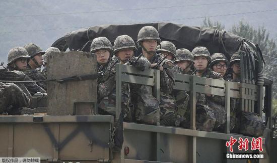 韩国陆军兵士乘卡车前止。