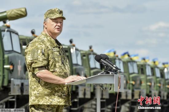 当地时间2015年8月22日,乌克兰哈尔科夫地区 Chuguev,乌克兰总统波罗申科出席重型军用设备移交乌克兰军队仪式。