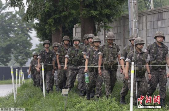 资料图:韩国军队巡逻后返回基地。
