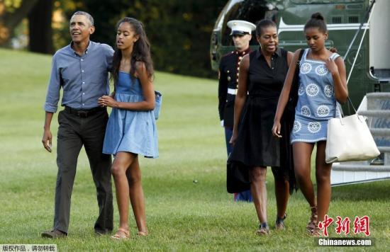 当地时间2015年8月23日,美国华盛顿,美国总统奥巴马一家自玛莎葡萄园岛度假归来。从下飞机开始,奥巴马与女儿就开是温馨的互动,手牵手边走边聊天,其乐融融。