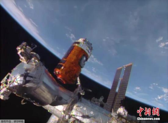 """日本宇宙航空研究开发机构(JAXA)25日凌晨顺利启动""""鹳""""号,完成了所有的对接工作。日本宇航员油井龟美也(45岁)等将从25日起逐步将货物搬至空间站。"""