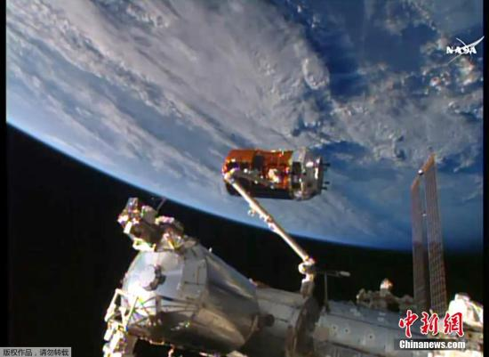 """当地时间8月24日,日本无人货运飞船""""鹳""""5号机抵达国际空间站,并通过机械臂顺利连接上空间站。"""