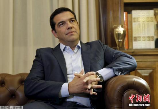 """当政7个月后,面对日益逼近的下台风险,齐普拉斯突然宣布辞职,解散政府,然后集中精力平息党内""""倒戈浪潮""""。外媒认为,齐普拉斯的辞职可能是""""明智的"""",这让希腊民众有机会对是否同意""""紧缩换救助款""""再表达一次民意。齐普拉斯的做法是""""政治赌博"""",但风险不大,因为他仍是受欢迎的政治家。"""