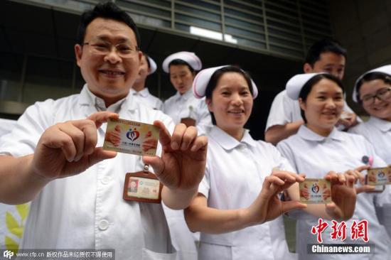 2015年8月27日,在重庆医科大学附一院,来自妇产科、重症医学科等科室的56位白衣天使填写了中国人体器官捐献志愿登记表,自愿在去世后捐献器官,延续他人生命。 图片来源:CFP视觉中国