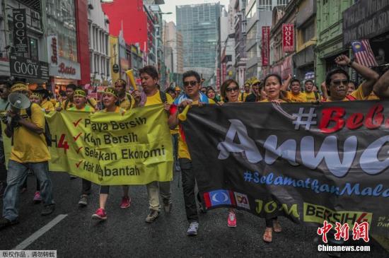 资料图:2015年8月30日马来西亚总理纳吉布近期涉嫌卷入挪用巨额公款丑闻,其私人账户里先后分5次打入7亿美元(约合43.44亿元人民币),这笔钱分别来自政府部门和银行等机构,都和马来西亚的一马发展有限公司(1MDB)有关。