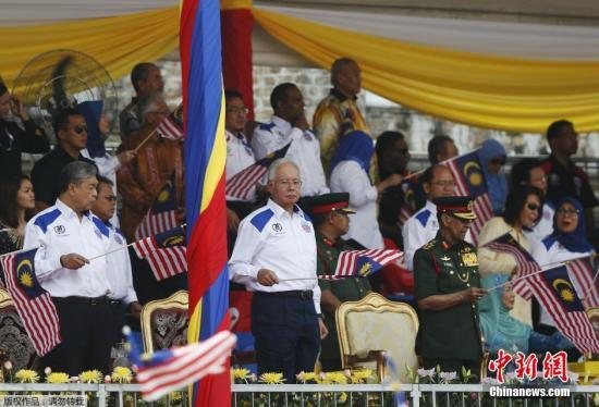 当地时间8月31日,马来西亚吉隆坡举行盛大庆祝活动,以庆祝国庆日的到来。马来西亚总理纳吉布和国王阿卜杜勒出席了此次活动。而就在前一日,数万名身着黄衫的示威者参加了抗议纳吉布的集会活动。