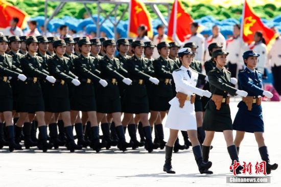 资料图:2009年10月1日,三军女兵方队通过天安门广场。