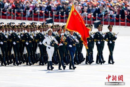 图为三军仪仗队方队接受检阅。中新社记者 杜洋 摄