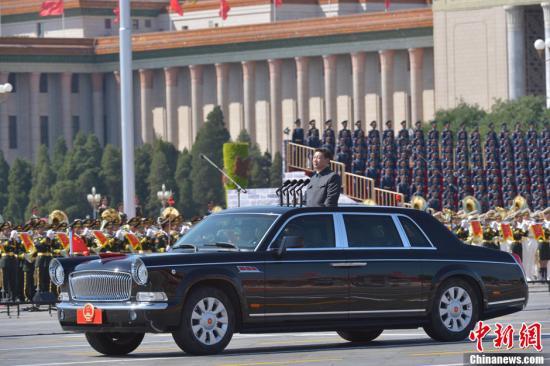 9月3日上午,纪念中国人民抗日战争暨世界反法西斯战争胜利70周年大会在北京隆重举行。中共中央总书记、国家主席、中央军委主席习近平检阅参阅部队。中新社记者 徐冬冬 摄