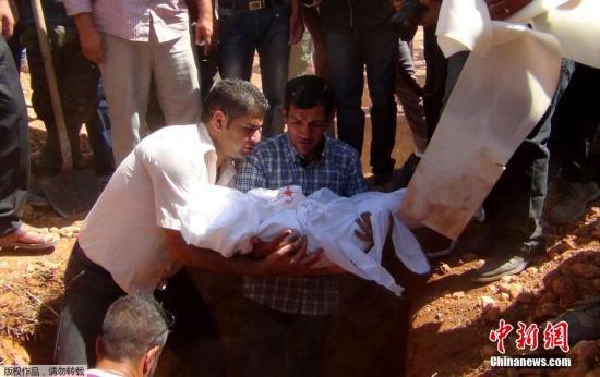 当地时间2015年9月4日,叙利亚科巴尼,在偷渡途中遇难的3岁男童Aylan Kurdi的父亲Abdullah al-Kurdi将妻子与两个儿子的遗体带回家乡科巴尼下葬。3岁叙利亚男童Aylan Kurdi在偷渡途中溺亡,伏尸土耳其海滩的照片震惊世界,而与他一路溺亡的还有他的母亲Reham和5岁的哥哥Galip。