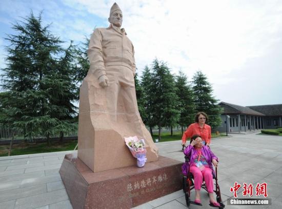 9月5日,陈纳德将军之妻陈香梅与两位昔日的美国飞虎队老兵来到湖南芷江飞虎队纪念馆参观。在现场,陈香梅为陈纳德的雕像献上了鲜花。杨华峰 摄