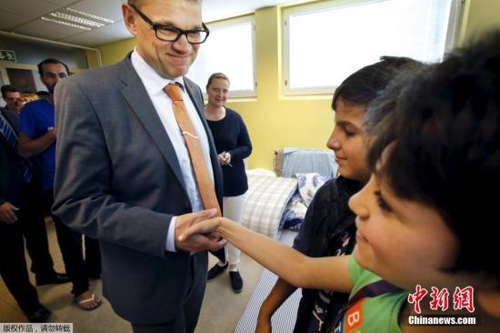 本地时刻2015年9月5日,芬兰坎培尔,芬兰总理席比拉的室第。席比拉当日称他将把本人的室第供给给涌入欧洲的灾黎寓居。席比拉说,他位于芬兰北部坎培尔(Kempele)的室第今朝很少寓居,将从来岁开端供给给灾黎寓居。