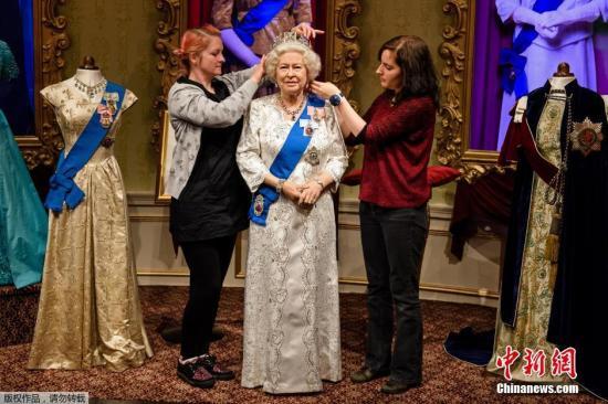 本地时刻2015年9月7日,杜莎夫人蜡像馆保护革新女王伊丽莎白二世蜡像,留念其将成为在位时刻最长的英国君主。