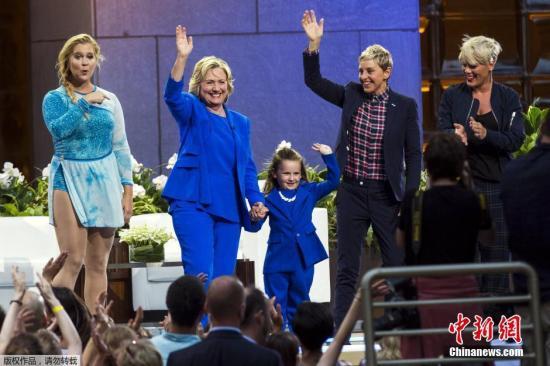 资料图:美国民主党总统候选人希拉里・克林顿现身艾伦秀,大跳Nae Nae舞。
