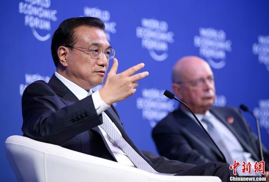 """9月9日,中国国务院总理李克强会见2015夏季达沃斯论坛企业家代表时,目前世界经济仍然增长乏力,中国经济也的确受到下行的压力。中国经济形势可以说是""""形有波动,势仍向好""""。今年上半年中国经济增长7%,在世界主要经济体中位居前列。<a target='_blank' href='http://www.chinanews.com/'>中新社</a>发 刘震 摄"""