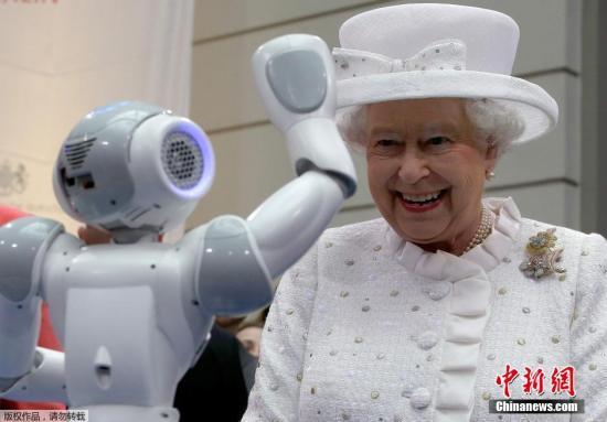 """英国女王在德国拜访的时分,默克尔伴随她去观光柏林科技大学,一个载歌载舞的小机械人胜利取得女王""""芳心""""。"""