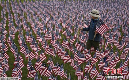 当地时间9月10日,美国伊利诺斯州,民众竖起3000面美国国旗,纪念9・11事件中的约3000名受害者。2001年9月11日上午,恐怖分子劫持的4架民航客机撞击美国纽约世界贸易中心(双子塔)和华盛顿五角大楼。民众纪念9・11恐怖事件发生14周年。