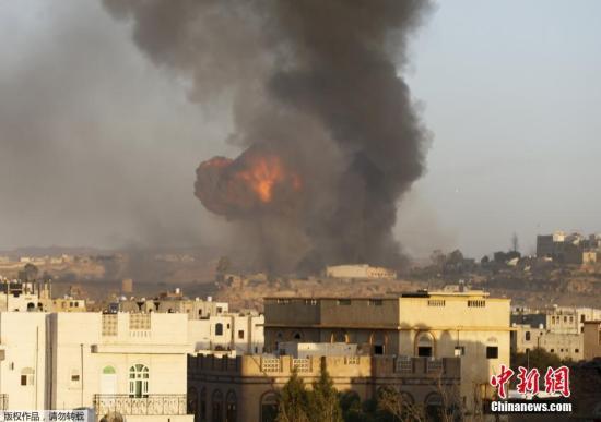 资料图:也门萨那,一处胡塞武装武器库遭到空袭。