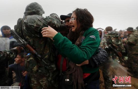 本地时刻2015年9月10日,希腊Idomeni,移民延续涌入希腊与马其顿边界,因为降雨路途愈加艰苦。