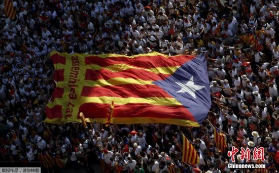 """资料图:当地时间2015年9月11日,西班牙巴塞罗那,民众庆祝""""加泰罗尼亚日"""",民众参加大规模的集会,呼吁更多的民众在即将开始的地区选举中支持赞成脱离西班牙的候选人,希望能够促成独立公投。"""