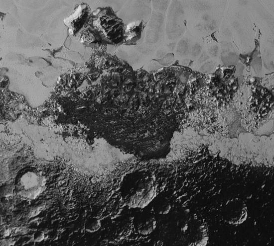 """冰冻平原""""斯帕尼克平原""""南部的巨大山脉地质,以及周边地带非常巨大的暗色陨石坑撞击区域。(图片来源:NASA官网)"""