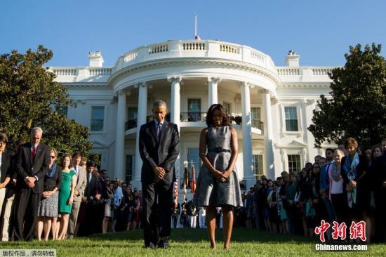 """當地時間9月11日,美國總統奧巴馬和第一夫人米歇爾在白宮的草坪上默哀片刻,紀念""""911""""恐怖襲擊14週年。"""
