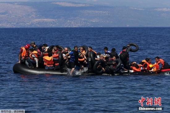 本地时刻2015年9月13日,希腊莱斯博斯岛,承载叙利亚和阿富汗灾黎的一橡皮艇在凑近莱斯博斯岛100米远处气馁。