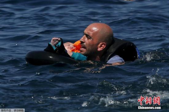 本地时刻2015年9月13日,希腊莱斯博斯岛,承载叙利亚和阿富汗灾黎的一橡皮艇在凑近莱斯博斯岛100米远处气馁,本地大众和自愿者对灾黎停止了救济,灾黎们靠救生圈和泅水登陆。