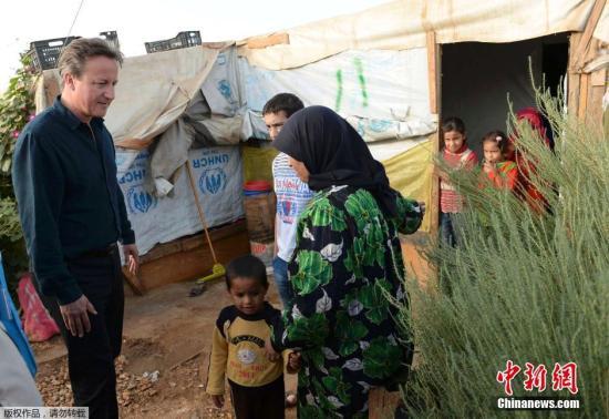 当地时间2015年9月14日,黎巴嫩,英国首相卡梅伦慰问当地叙利亚难民。