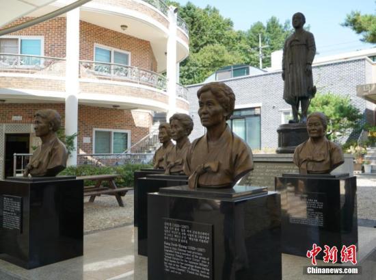 """韩国慰安妇""""分享之家""""前的铜像。 <a target='_blank' href="""