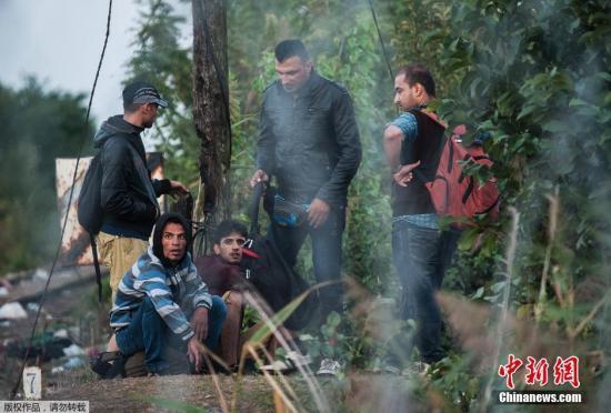 当地时间9月15日,匈牙利警察实行边境管制,设置长达175公里的铁丝网封锁匈牙利和塞尔维亚边境匈牙利警方封锁了匈牙利与塞尔维亚边境铁丝网的缺口,还在铁轨上组成人盾阻止难民通过。与此同时,匈牙利交通管理局还封闭了该国与塞尔维亚20公里边境区域的领空。