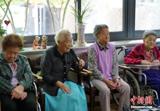 """在距离韩国首尔约50公里的京畿道广州市,有一座成立于1998年的慰安妇""""分享之家"""",这里居住着10名前日军""""慰安妇"""",还建有一个慰安妇历史馆。慰安妇历史馆里展示着证明日本强征从军慰安妇的文件、图片等史料,还收录一些前""""慰安妇""""回忆当年境遇的影像和音频资料。据韩方8月最新披露的数据显示,目前,韩国政府记录在案的慰安妇受害者为238人,仅有47人在世。韩国政府多次公开表示,希望日本政府能尽快妥善解决日军慰安妇问题。图为在""""分享之家"""",四位昔日被日军强征的""""慰安妇""""向记者讲述自己的经历。 中新社发 吴旭 摄"""