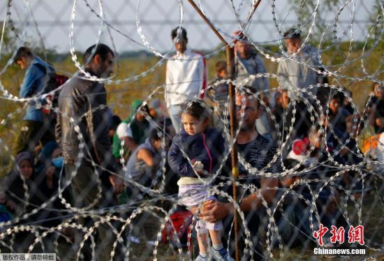 本地时刻9月15日,匈牙利差人履行边界管束,配置长达175千米的铁丝网封闭匈牙利和塞尔维亚边界匈牙利警方封闭了匈牙利与塞尔维亚边界铁丝网的缺口,还在铁轨上构成人盾禁止灾黎经过。与此一起,匈牙利交通办理局还封锁了该国与塞尔维亚20千米边界地区的领空。
