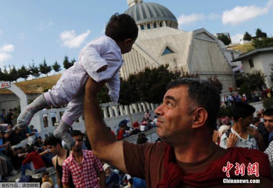 9月17日消息,土耳其伊斯坦布尔,土耳其警察阻塞了当地最大公交站的道路,土耳其当局禁止公交售票给前往土耳其与希腊边境的移民。有的难民高举自己的孩子抗议停止发放车票一事。
