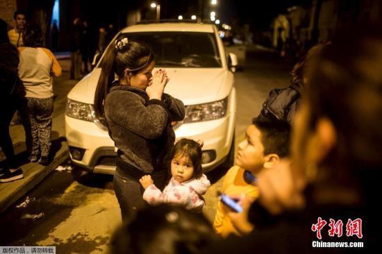 据美国地质勘探局消息,北京时间9月17日6时54分左右,智利西部海岸发生8.3级地震,或将引发危险海啸。圣地亚哥民众室外避险。