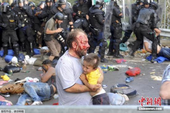 9月16日,在塞尔维亚的霍尔戈什(匈牙利称勒斯凯)边境口岸,难民与匈牙利警察发生冲突。