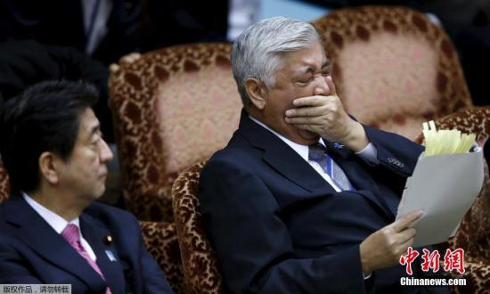当地时间9月17日,日本东京,参院特别委员会将就安保法案举行最后质疑答辩。日本参议院继续审议安保法案,由于已是凌晨时分,空旷的参议院大厅里不少工作人员难掩困意,哈欠连连有的甚至趴在桌上睡着了。而与此同时,聚集在参议院外的众多日本民众仍然在举行抗议活动,警方出动维护秩序并未见效。