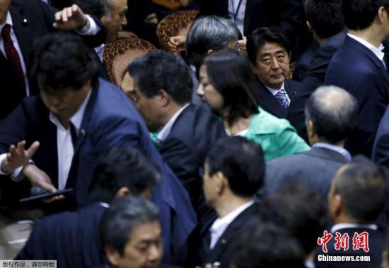本地时刻2015年9月17日,日本东京,日本在朝党与在朝党盘绕参院和安全全法制尤其委员会上表决安保关联法案一事接续睁开剧烈比武。参议院尤其委员会代表团主席佐藤正久遭对立派议员围堵。安倍晋三坐在不远处张望委员代表们扭打成一团。